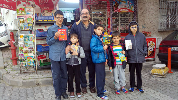 Üsküdarlı Bakkal Kanber Bozan'ın Çocuklara kitap vermesi