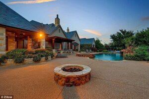 Selena Gomez Fort Worth'daki Evini Satışa Çıkardı