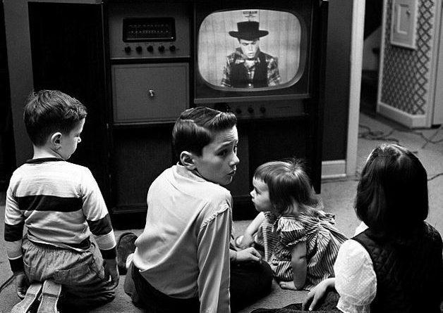 cocuk-dovusleri-televizyon-izleme