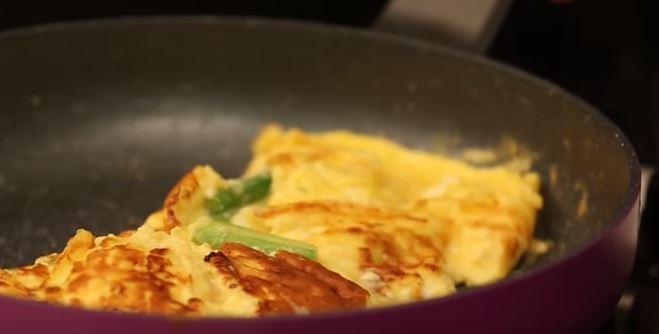 Kuşkonmazlı Keçi Peynirli Omlet yapımı