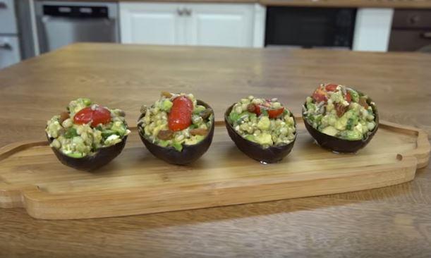 Avokado Çanağında Salata Yapımı