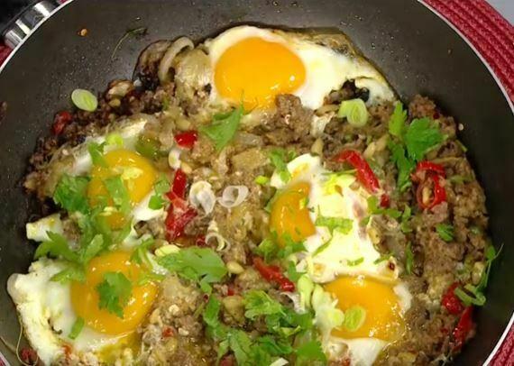Patlıcanlı Kıymalı Yumurta Yapımı